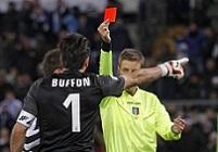 Буффон получает красную карточку